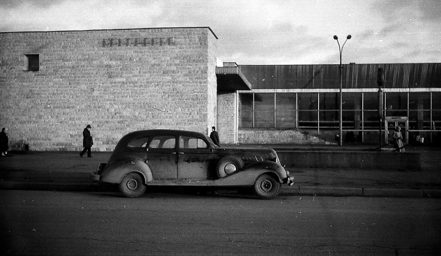 Наземный вестибюль станции метро «Купчино» со стороны Витебского проспекта. Середина 1980-х гг. Фото Петра Амелина.